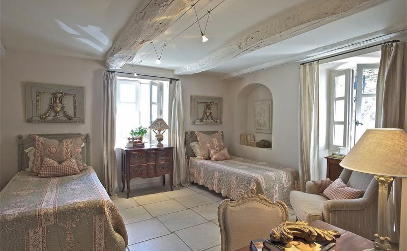 Оформление потолка в прованской спальне 7