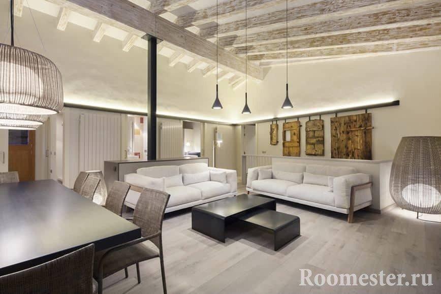 Гостиная с деревянными балками на потолке
