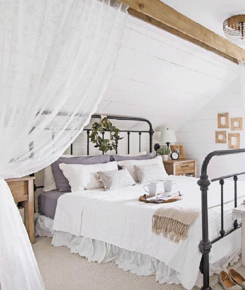 Оформление потолка в прованской спальне 5