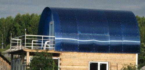 Для небольшой по размерам баньки подобная крыша из поликарбоната – идеальное решение