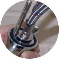 Уплотнительное кольцо, шпилька и подводки, подключенные к смесителю
