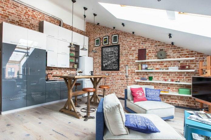 Красный кирпич в интерьере квартиры-студии