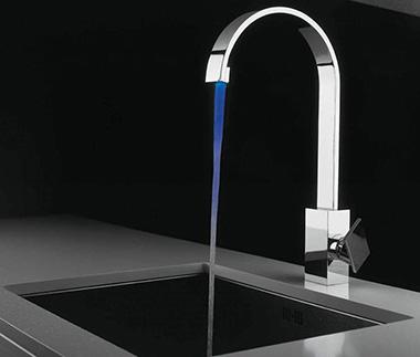 Подобный излив позволяет осуществить набор воды практически в любую высокую кухонную посуду. Повернув его в сторону, можно беспрепятственно извлечь емкость из мойки, что весьма затруднительно, а в большинстве случаев просто невозможно при низком расположении.