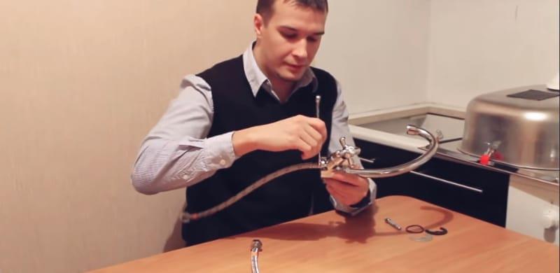 Как установить смеситель для кухни своими руками - этап подключения подводок