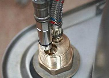 С обратной стороны мойки устанавливается резиновая или капроновая шайба и гайка, которая фиксирует смеситель к мойке