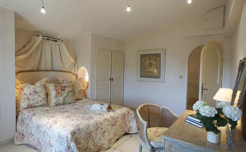 Маленькая спальня в стиле прованс 6
