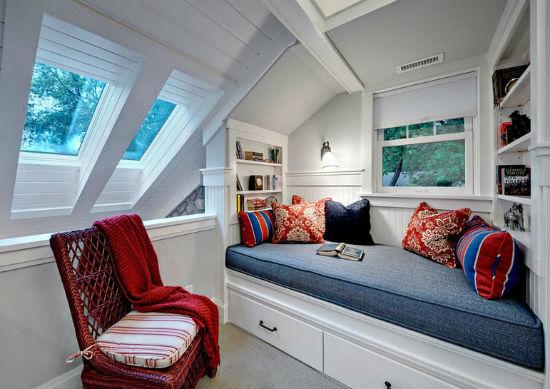 Встроенный диван и шкафы на мансарде