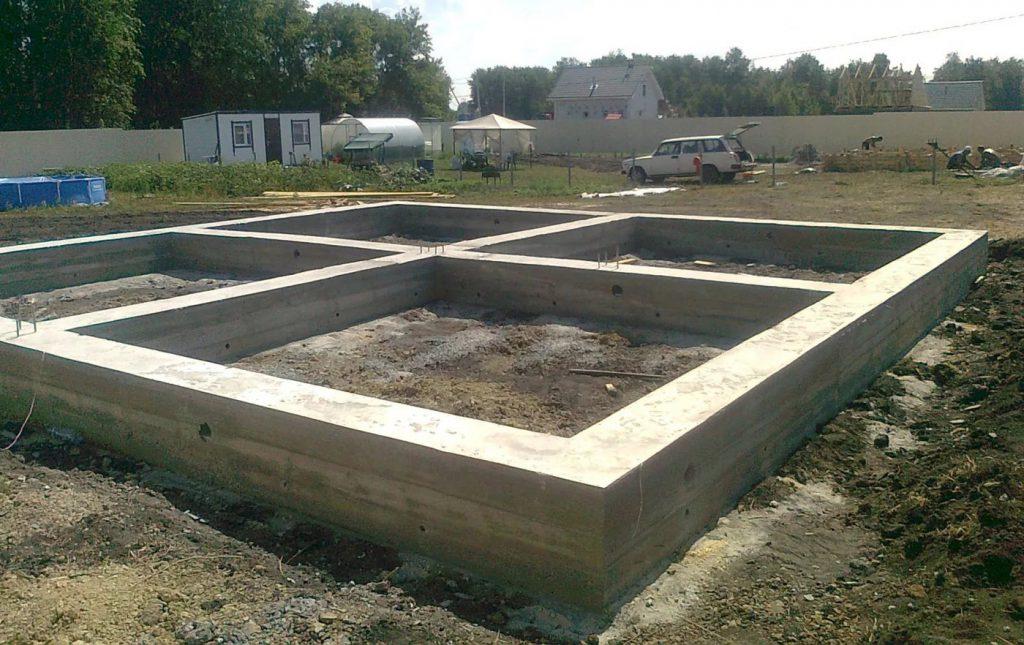 Строительство начинается с постройки ленточного фундамента на фото.