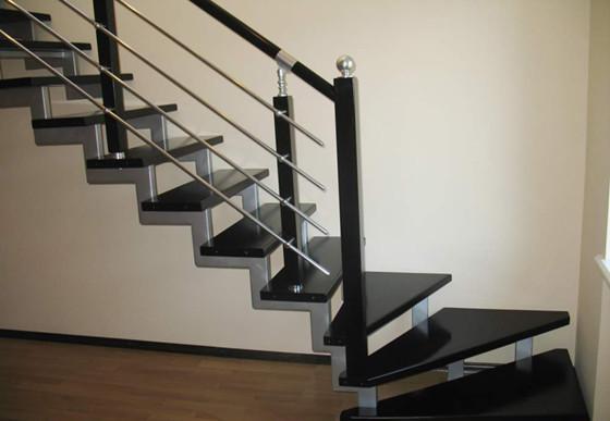 Одной из причин популярности лестниц на металлокаркасе является их повышенная ремонтопригодность. Заменить при необходимости какую-то одну ступеньку, вышедшую из строя, можно без проблем