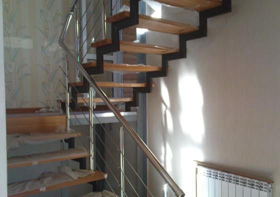 Благодаря применению профильных труб, во время передвижений по лестнице люди не будут чувствовать никаких неприятных вибраций. Ведь данные элементы обладают повышенной жёсткостью