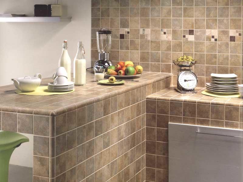 Кухонная столешница из плитки - выбор разумных и практичных хозяев. Материал является одним из наиболее предпочтительных для данных целей