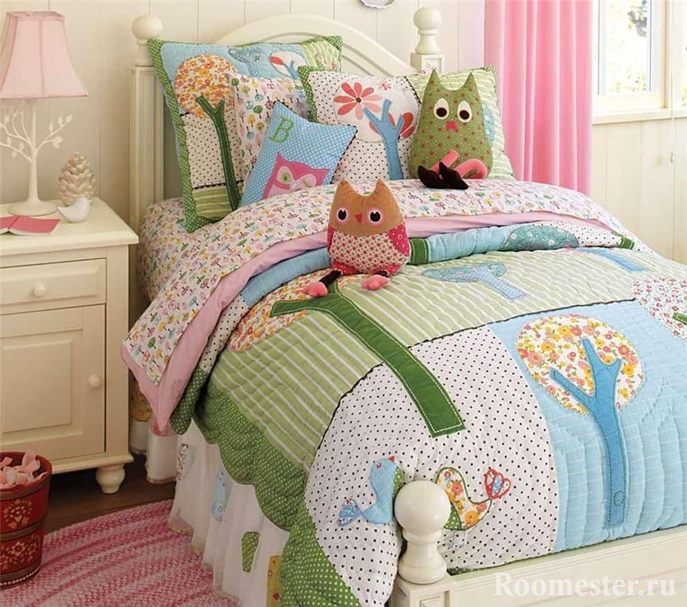 Покрывало и подушки печворк в детской