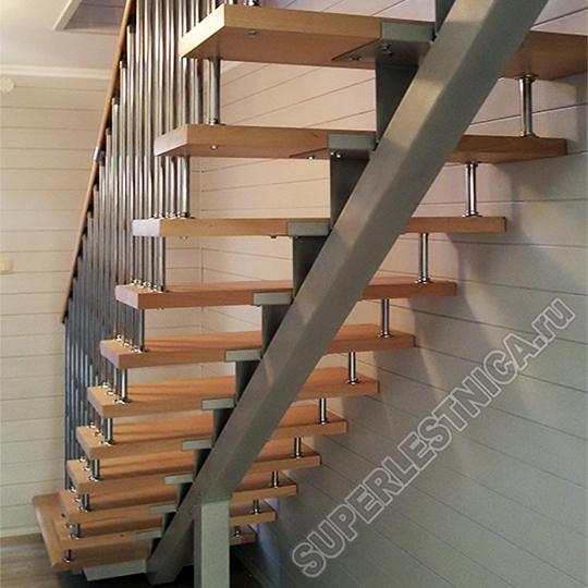 Данная лестница с металлокаркасом является не только максимально надёжной, но и довольно изящной