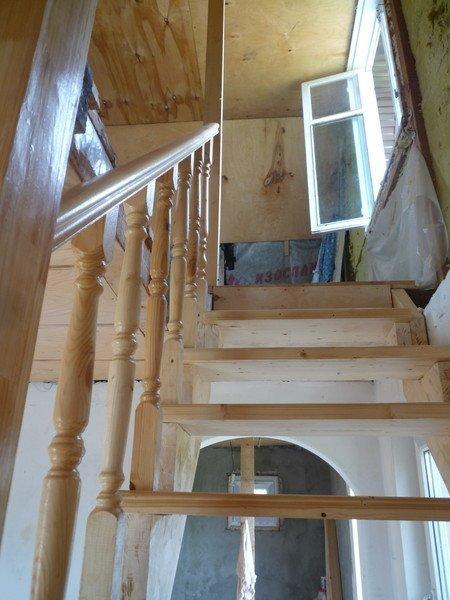 Ограждения лестницы с деревянным поручнем фото