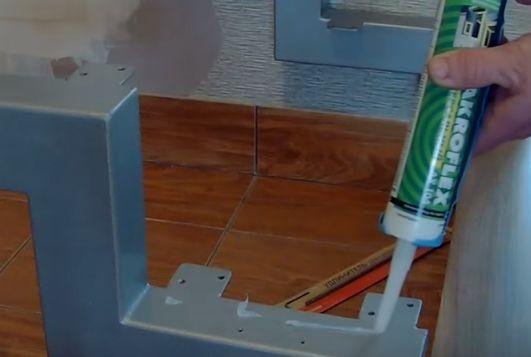 Нанесение силиконового герметика