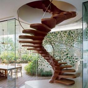 Оригинальная спиральная лестница из дерева