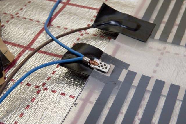 Для удобства монтажа своими руками в комплекте к ИК полу прилагаются битумные полосы