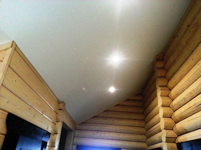 Натяжной потолок в интерьере дома