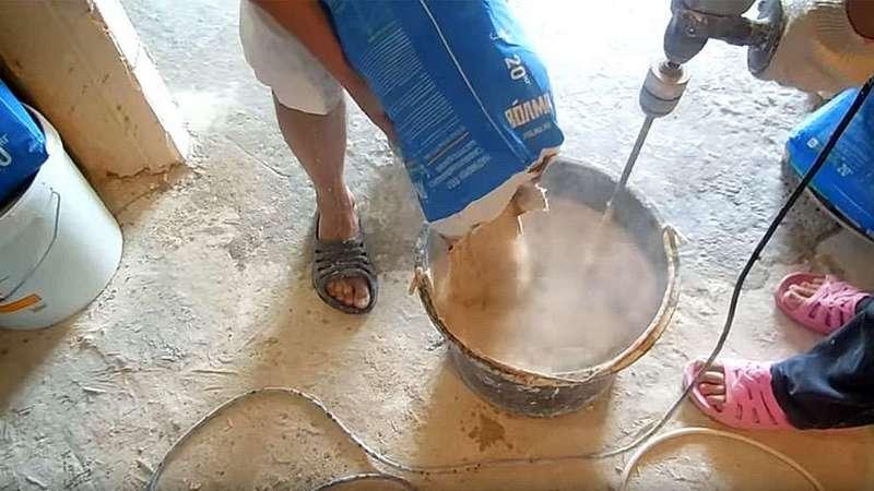 Замешивание клеевого раствора с помощью дрели