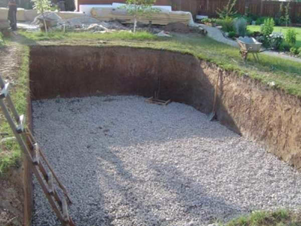 Роем яму и подготавливаем подушку