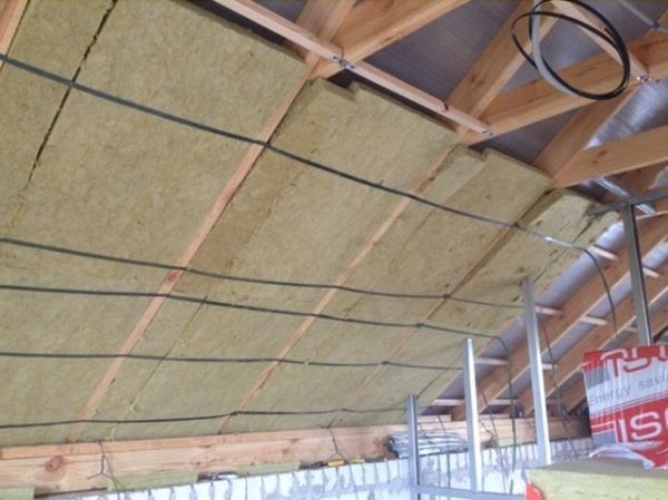 Как укладывать утеплитель на потолок между стропилами