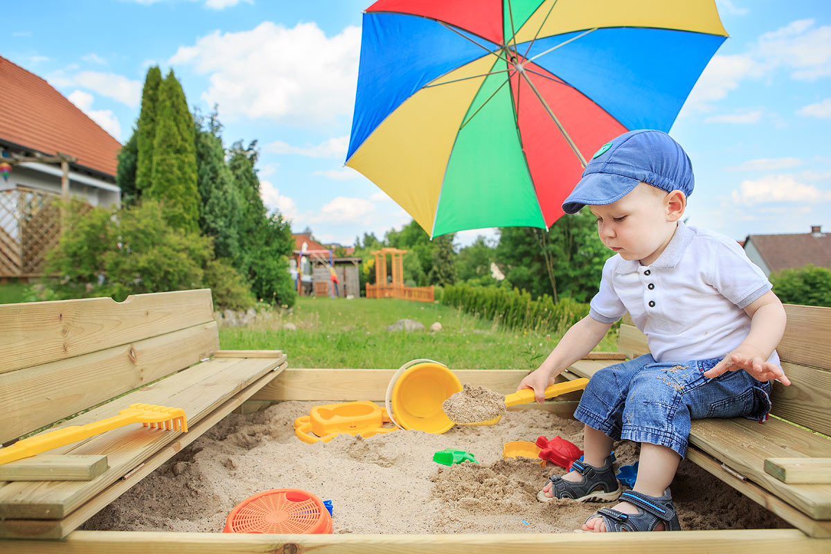 Детская песочница своими руками недалеко от дома