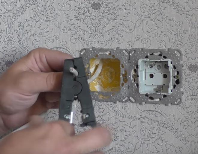 снятие верхенего слоя изоляции с кабеля UTP