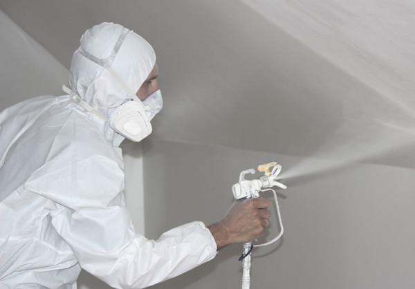 Красим потолок водоэмульсионной краской вручную и краскопультом