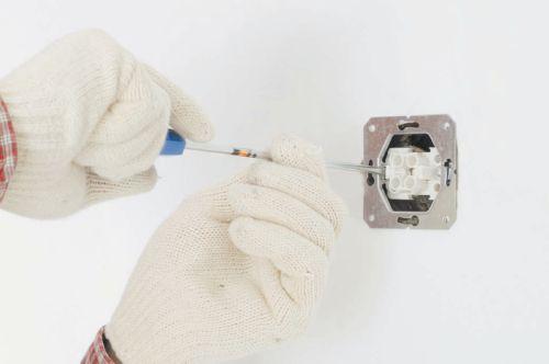 Завершающий этап в установке выключателя: колодка прикручивается к установочной коробке шурупами
