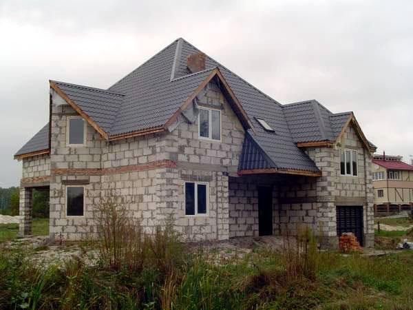 На фото двухэтажный дом из пеноблоков