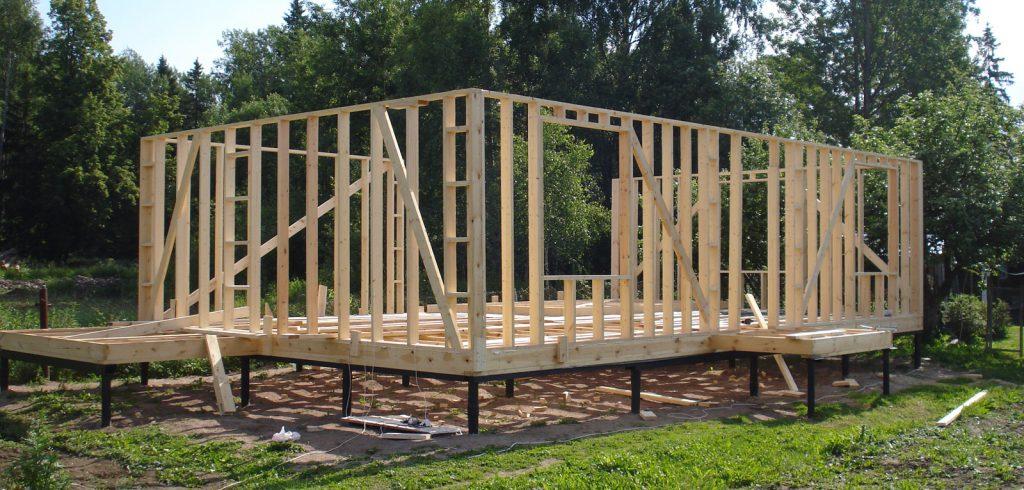 Строительство начинается со свайно-винтового фундамента на фото.