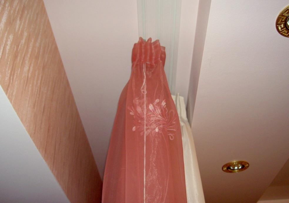 Место для тяжелых штор должно быть широким, но в меру. Показательное фото.