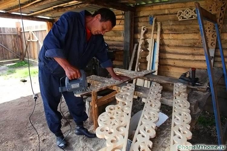 При создании резного декора применяется специальные приспособления и инструменты