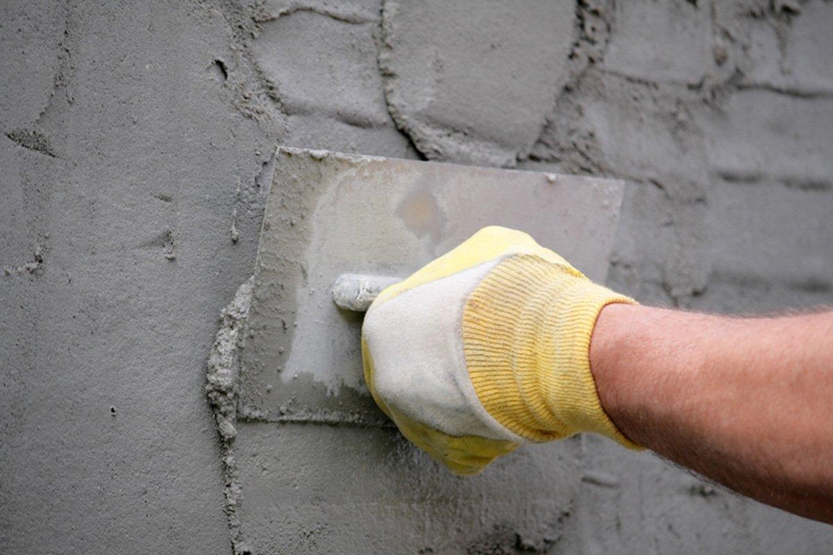 Выравнивание больших впадин на стене штукатуркой