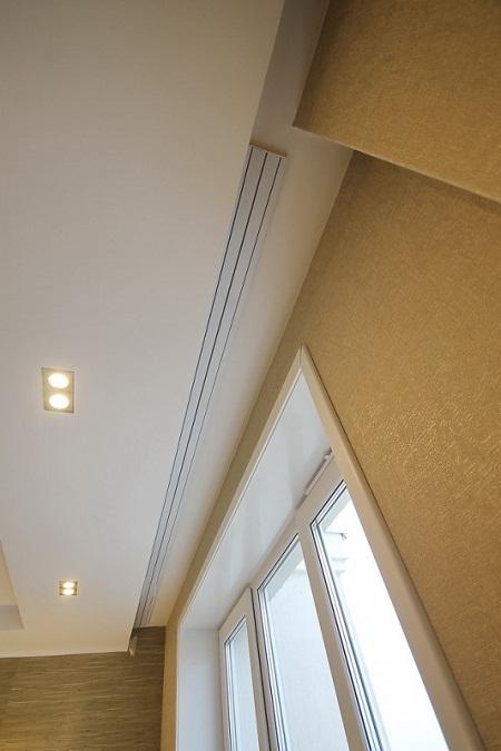 После окончания всех отделочных работ ниша для штор будет выглядеть как на этом фото. Ниша получается изящной и аккуратной. В такую нишу можно повесить шторы любых видов.