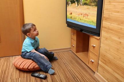 На какой высоте правильно вешать телевизор от пола