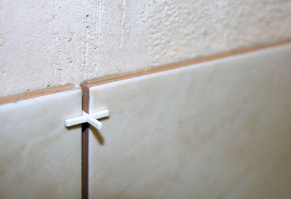 Выравнивание швов между плиткой с помощью крестиков
