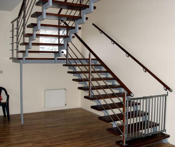 Достаточно лишь установить ступеньки и ограждения для того, чтобы лестница на металлическом каркасе с двумя косоурами приобрела полностью законченный, а главное, — невероятно изысканный вид