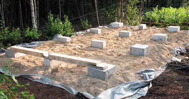 Расставленные бетонные блоки