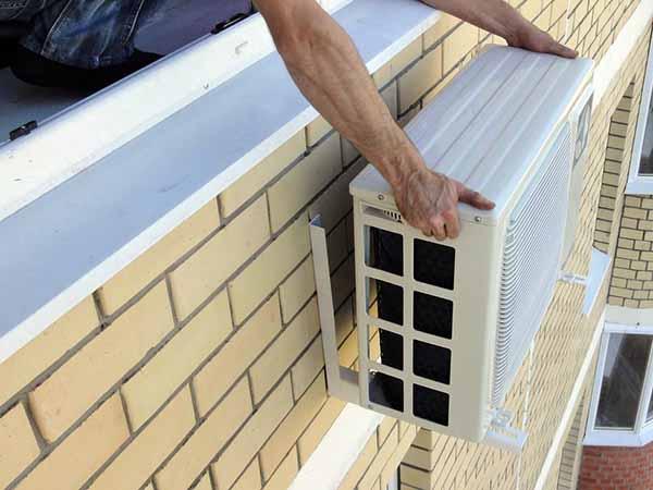 Как поставить внешний блок под окном
