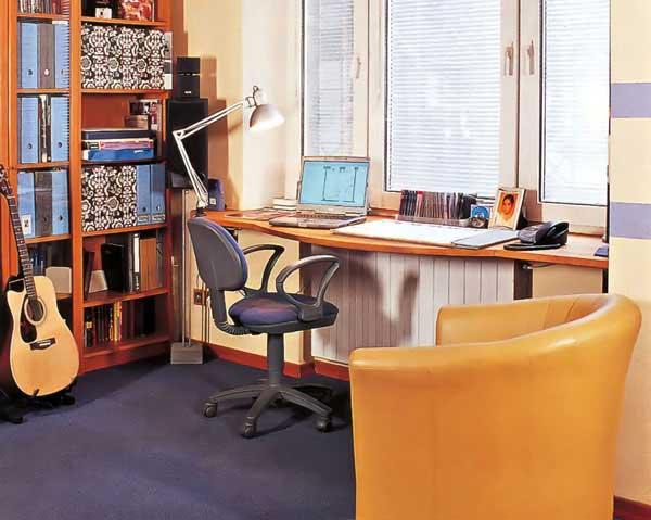 Письменный стол подоконник в детской комнате