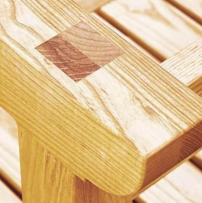 Собранная боковина деревянного верстака.