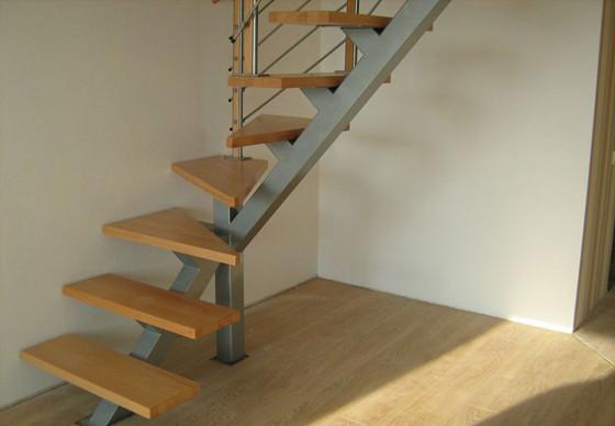 Лестница, установленная на каркасе подобного типа, всегда кажется очень лёгкой и привлекательной. Именно потому данные конструкции ныне и стали настолько востребованными