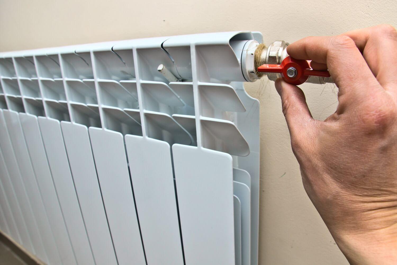 Для чего нужно сливать воду из батареи отопления в квартире?