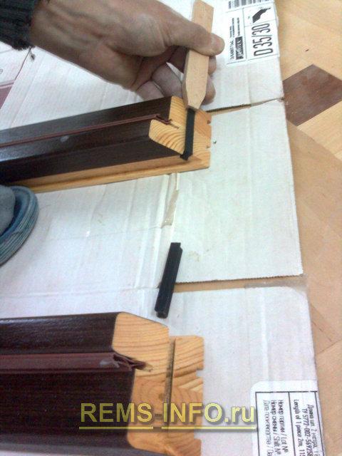 освобождаем пазы в стойках дверной коробки