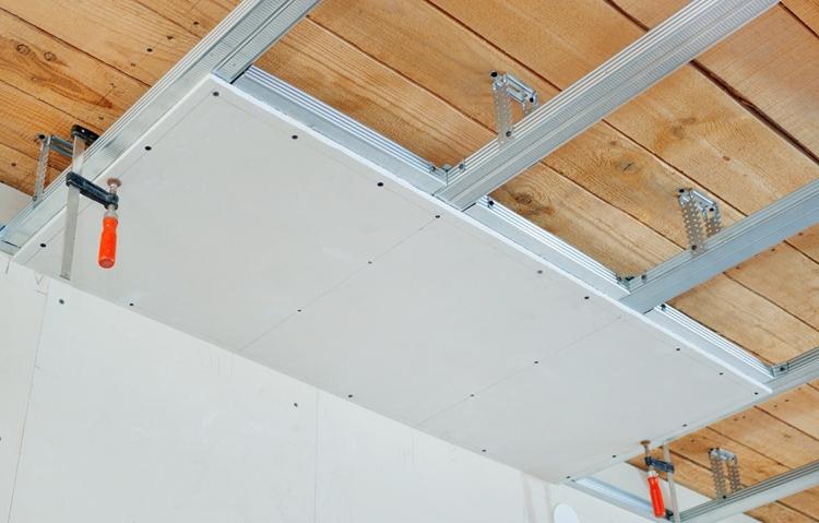 Установка пластиковых панелей на потолок: различные способы крепления