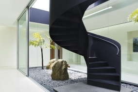 Металлическая винтовая лестница со сплошным ограждением