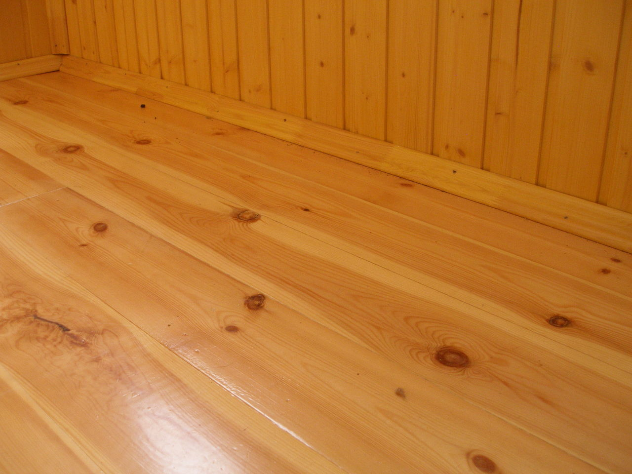 Преимущества и недостатки деревянного пола на балконе