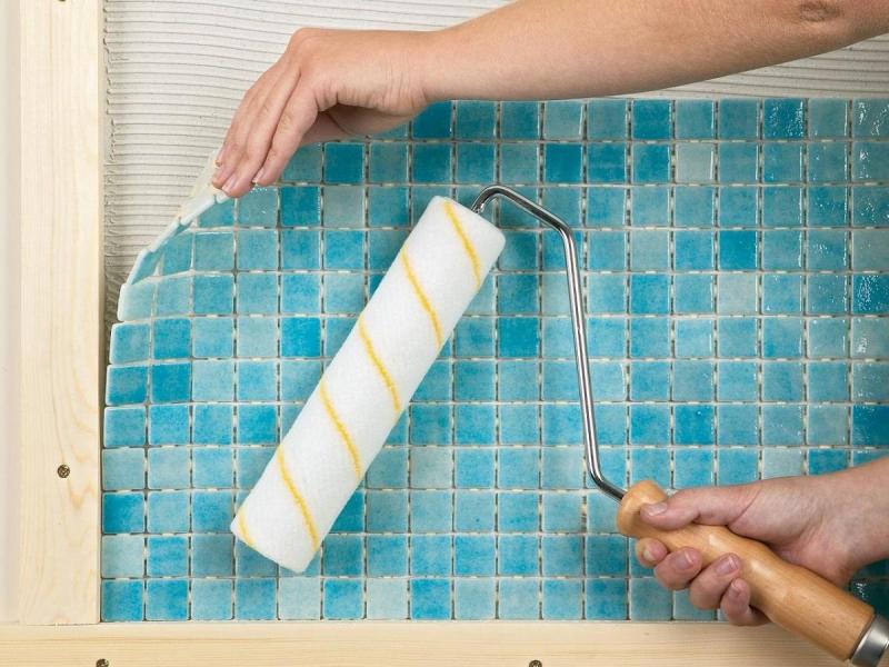 Как класть мозаику: плитку на стену укладывать, правильно положить и приклеить, бумажная основа и видео