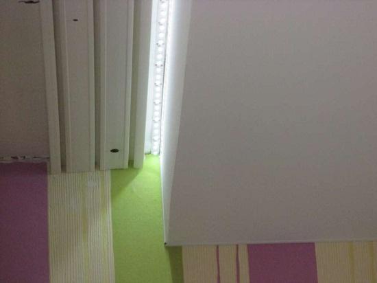 Интересным решением является подсветка штор. Ее реализуют с помощью светодиодной ленты. В этом случае гардина устанавливается с небольшим зазором к коробу, примерно 2-5 см. Светодиодная лента монтируется между гардиной и коробом. Проводка и драйвер светодиодной ленты прячется в полость короба. Естественно, что все работы по прокладке электропроводки ведутся до монтажа гипсокартона на каркас короба.